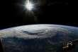 """Ouragans, typhons et cyclones tropicaux vont s'intensifier avec le réchauffement climatique. Cela s'explique par l'augmentation de la température des océans. Ces phénomènes intenses trouvent ainsi plus de carburant dans ces eaux chaudes qui leur permet de grossir. Explications avec un météorologue de Météo-France. """"AFP PHOTO / NASA"""""""