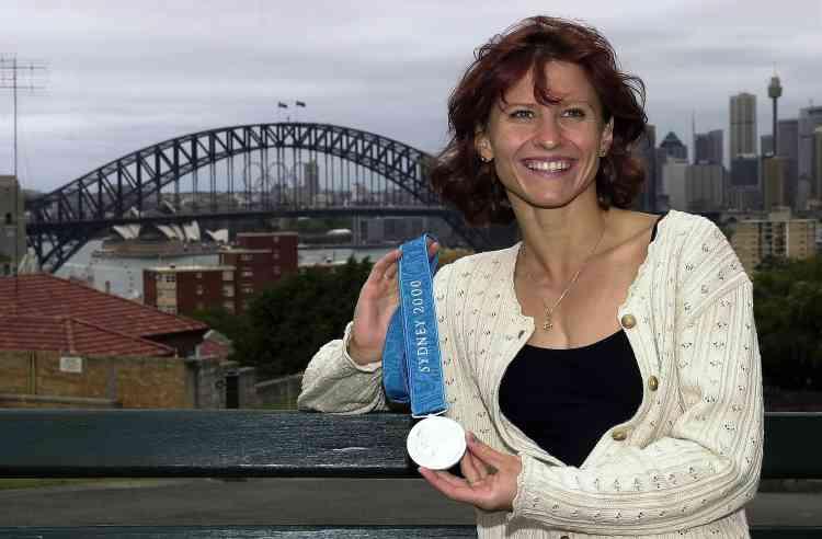 Deux ans plus tard, et en pleins Jeux olympiques de Sydney, Roxana Maracineanu exhibe fièrement sa médaille d'argent, confirmant que c'est une championneà la mode. Même si cette tenue, composée d'un cardigan en coton ajouré aux manches volantées et d'un haut spaghetti noir (spaghetti en raison de ses bretelles très fines), pourrait laisser penser le contraire.