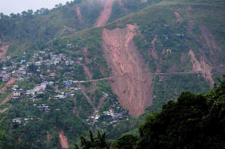 Un camp de mineurs a été partiellement emporté par ce glissement de terrain, causé par le passage du typhon, à Itogon, aux Philippines, le 16 septembre.Le maire de la ville a déclaré que plus de40 mineurs et membres de leurs familles ont été emportés par l'éboulement.