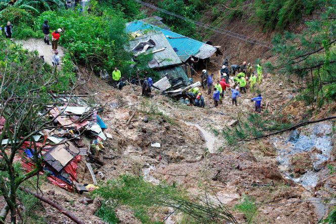 Des sauveteurs recherchent les corps d'habitants ensevelis par un glissement de terrain, à Baguio, aux Philippines, le 16 septembre.