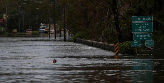 Un homme nage dans une rue inondée de New Bern, en Caroline du Nord, le 16 septembre.