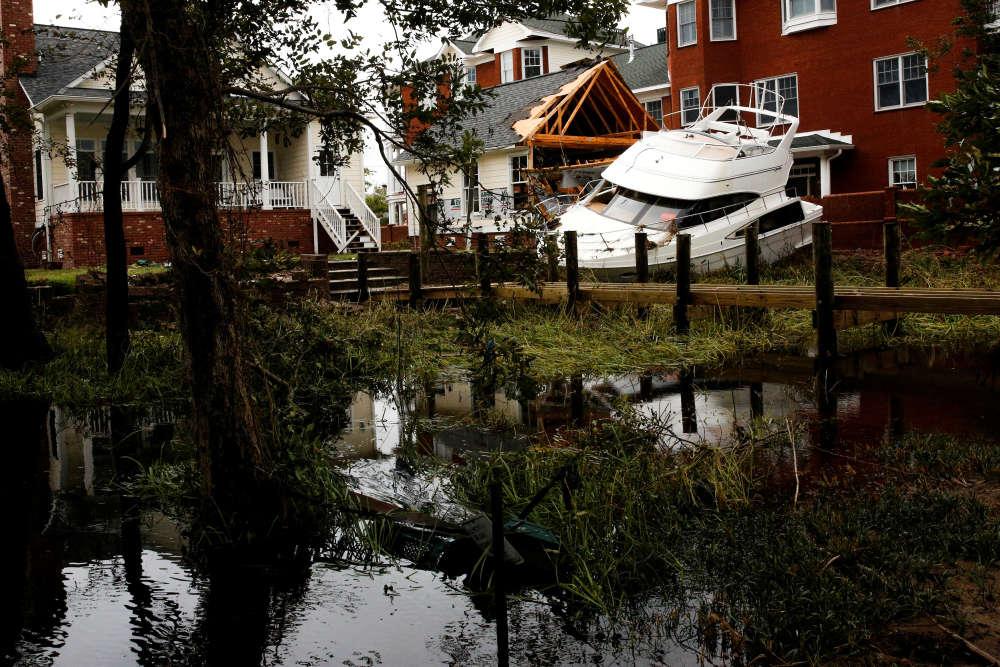 A New Bern, en Caroline du Nord, le 16 septembre.Dans les villes frappées par la tempête, plusieurs cas de pillages ont été signalés et la police de Wilmington, en Caroline du Nord, a annoncé avoir arrêté cinq personnes qui s'en étaient pris à un supermarché.