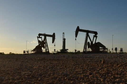 Des chevalets de pompage et un appareil de forage au Texas.En août, les Etats-Unis sont devenus le premier producteur mondial de pétrole.