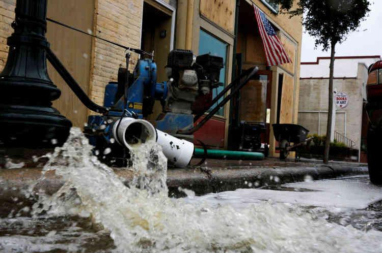 Après le passage de l'ouragan à New Bern, en Caroline du Nord, le 16 septembre.Dimanche après-midi, la rivière Trent débordait au niveau de Pollocksville, en Caroline du Nord, l'Etat le plus touché, coupant le village en deux. Une trentaine de personnes ont été évacuées par la Garde nationale.