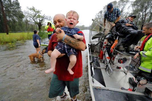 Un bébé d'un an secouru par un bateau du shériff, le 16 septembre à Leland, enCaroline du Nord.