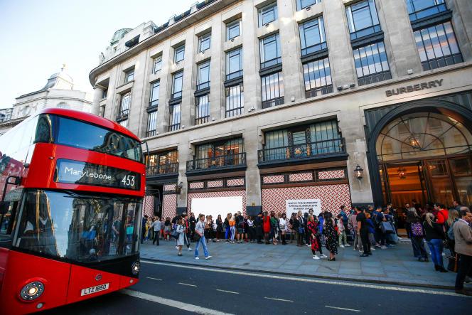 La queue devant la boutique Burberry de Regent Street, à Londres, juste après le défilé.