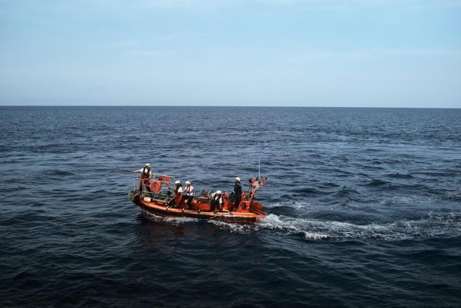 Lors des exercices de sauvetage.L'« Aquarius» dispose de trois canots pneumatiques, chacun pouvant accueillir jusqu'à vingt personnes.