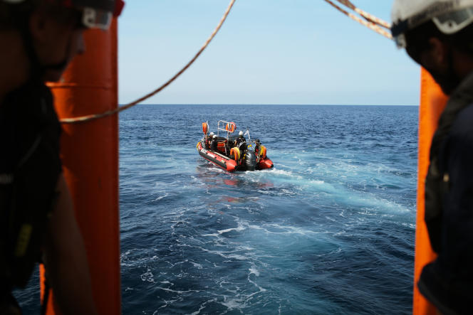 16 septembre. Sur sa route vers les côtes libyennes l'équipage de l'Aquarius s'arrête en mer pour simuler des exercices de sauvetage.