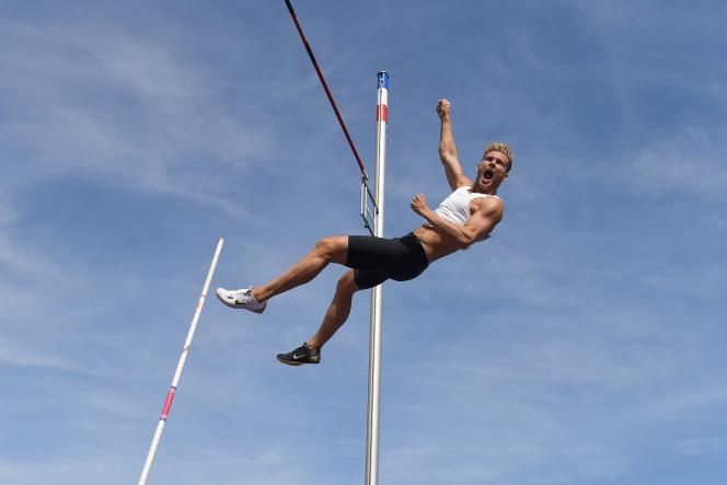 Kevin Mayer lors de l'épreuve du saut à la perche, le 16 septembre, à Talence (Gironde).