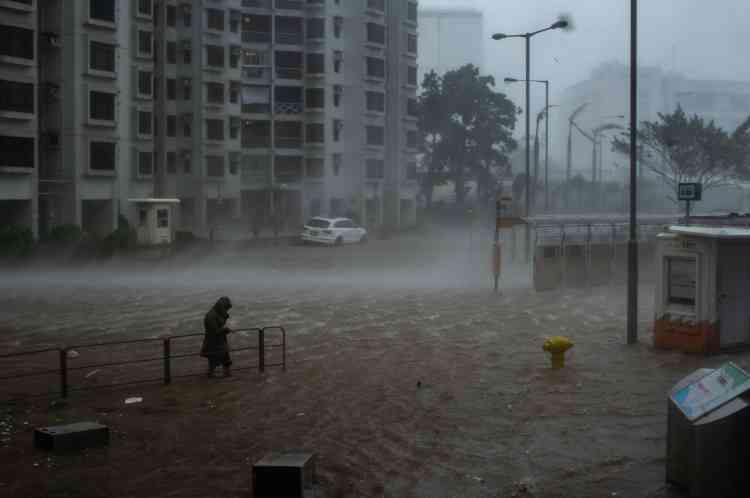 Durant l'approche du typhon à Hongkong le 16 septembre. Mangkhut atouché terre dimanche en fin d'après-midi dans le sud de la Chine. Quatre morts ont été signalées dans la province du Guangdong.