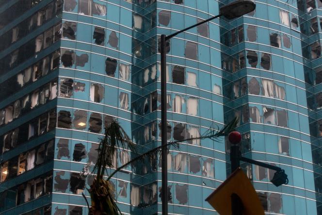 Les vitres brisées d'un gratte-ciel de Hongkong après le passage du typhon Mangkhut, le 16 septembre.