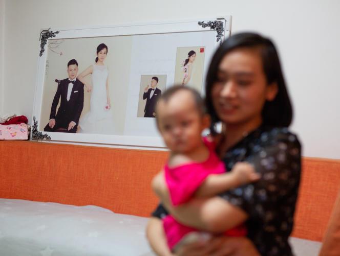 Tian Lin, 31 ans, avec sa fille unique, Hua Yutong, 10 mois, à Shanghaï, le 6 septembre.