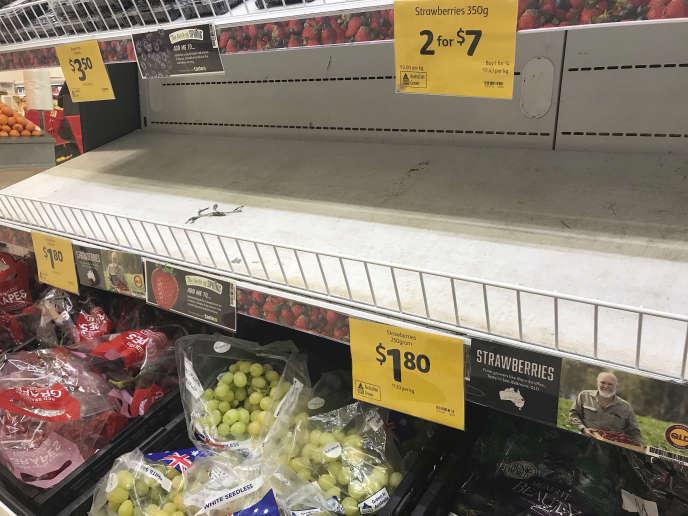 Des rayons d'où les fraises ont été retirées, dans un supermarché de Brisbane, en Australie, le 14 septembre.