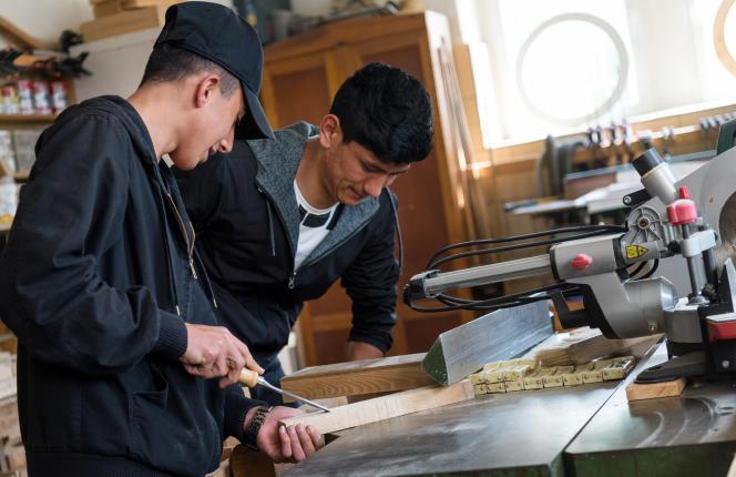Saoud, Syrien de 18 ans (à gauche) et Ali, Afghan de 19 ans,sont en apprentissage dans atelier de menuiserie à Moritzburg, en Saxe, le 17 avril.