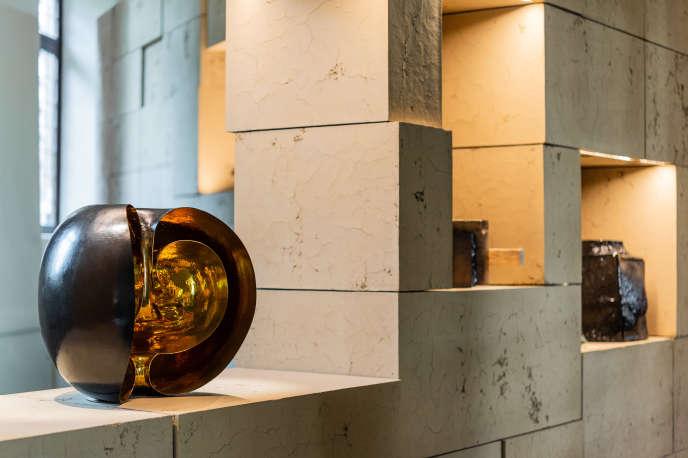 """Sculpture « Le souffle» du dinandier Nathanaël Le Berre, dans l'exposition """"Pour l'intelligence de la main"""" scénographiée par Ramy Fischler, dans des murs de terre crue."""