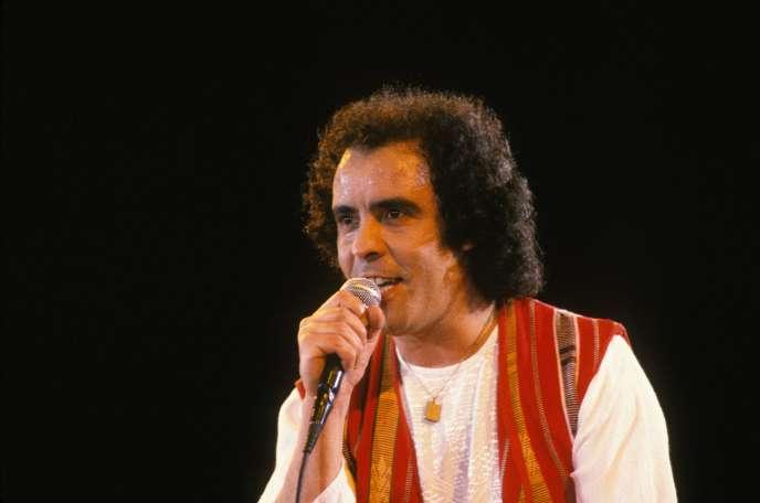 Le chanteur Djamel Allam lors du Festival de la jeunesse à Alger, en juillet 1985.