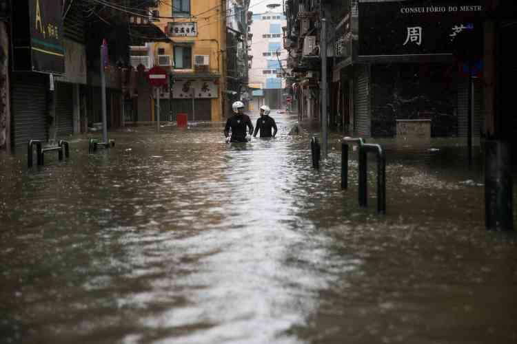 Des sauveteurs, à Macao, le 16 septembre.Pour la première fois de leur histoire, les 42 casinos de Macao ont été fermés avant le passage de la tempête sur décision des autorités, qui avaient été vertement critiquées en 2017 pour leur manque de préparation lors d'un précédent typhon.