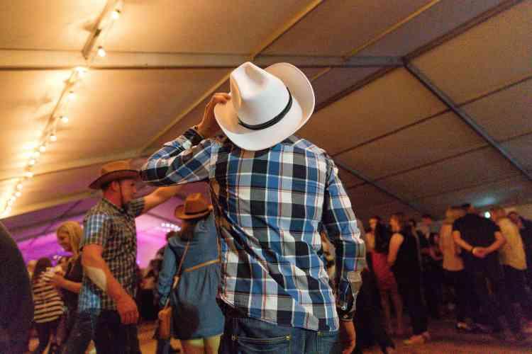 Une dizaine de bars proposent des fêtes dansantes gratuites animées par des orchestres. Au Marquee, le bal est au son ducountry.