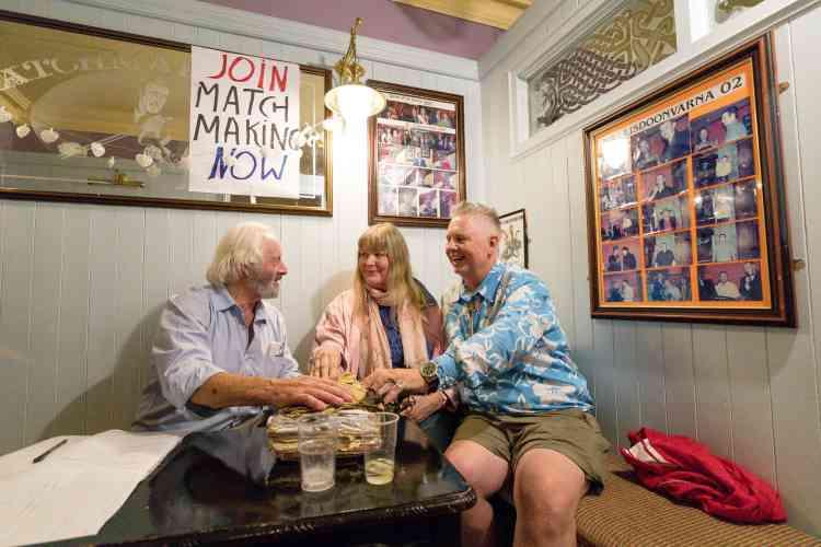 Le marieur Wille Daly avec l'Allemande Heidi L. et de l'AméricainBryan K. de Los Ranchos de Albuquerque, Etat du Nouveau-Mexique.