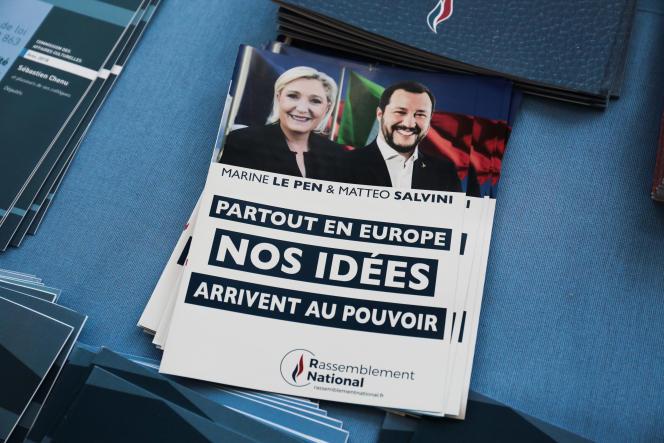 Prospectus distribués lors du discours de rentrée politique de Marine Le Pen à Fréjus, le 16 septembre.