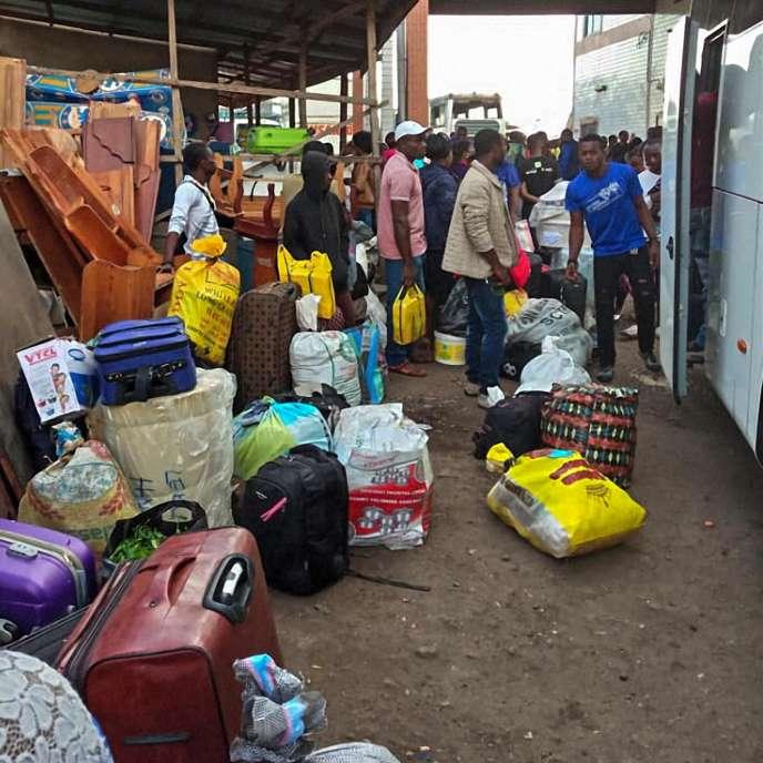 Des habitants de la région camerounaise anglophone du Sud-Ouest dans une gare routière de Buea, en juillet 2018.