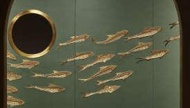 Exposition d'India Mahdavi« Architecture imaginaire», avec les poissons de perles brodées par De Gournay et des hublots en laiton de De Castelli, hommage à Venise.