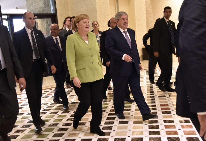 Le premier ministre algérien, Ahmed Ouyahia, au côté de la chancelière allemande, Angela Merkel, envisite officielle à Alger le 17 septembre 2018.