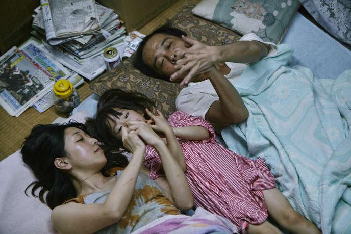 Lily Franky dans le rôle Osamu Shibata (le père), Miyu Sasaki dans le rôle juri Hojo (la petite fille), Sakura Andô dans le rôle de Nobuyo Shibata (la mère).