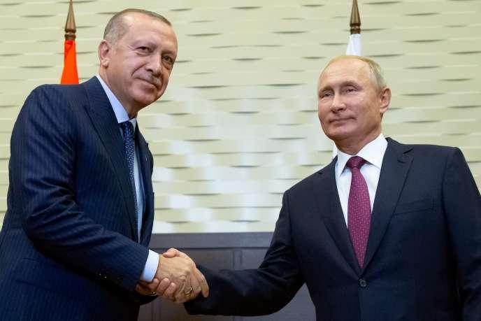 Vladimir Poutine et Recep Tayyip Erdogan se saluent pour les journalistes, à Sotchi (Russie), le 17 septembre.