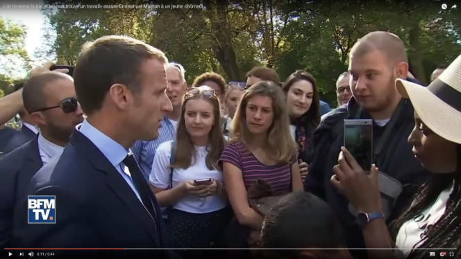 Emmanuel Macron interpellé dans les jardins de l'Elysée par un jeune horticulteur au chômage,le 15septembre.