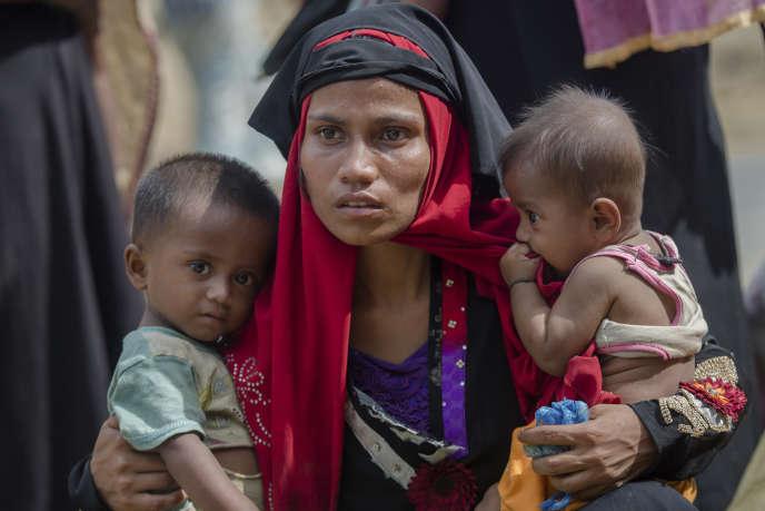 Plus de 700 000 Rohingyas, des membres d'une minorité ethnique musulmane, ont fui en 2017 les violences de l'armée et de milices bouddhistes pour se réfugier au Bangladesh voisin où ils vivent depuis dans d'immenses campements de fortune.