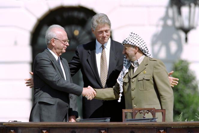 Yitzahk Rabin, Bill Clinton et Yasser Arafat, lors de la signature des accords d'Oslo, le 13 septembre 1993 à la Maison Blanche, à Washington.