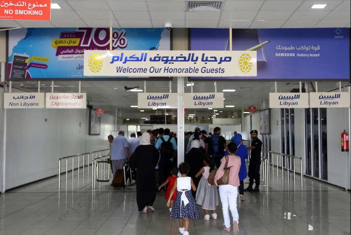 Des passagers à l'aéroport de Mitiga, dans l'est de la capitale libyenne, après sa réouverture le 7 septembre 2018.
