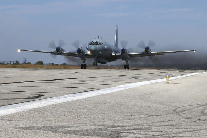 Un avion de surveillance Illiouchine Il-20sur la base aérienne russe de Hmeimim, près de Lattaquié (Syrie), en novembre 2015.