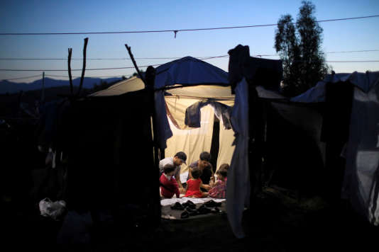 """Selon Kumi Naidoo, aujourd'hui«la ligne de l'Union européenne, c'est d'en faire le moins possible, de repousser le problème à ses frontières et d'appliquer une politique de """"containment"""" qui va contre l'esprit des droits de l'homme pourtant chers aux fondateurs de l'UE»."""