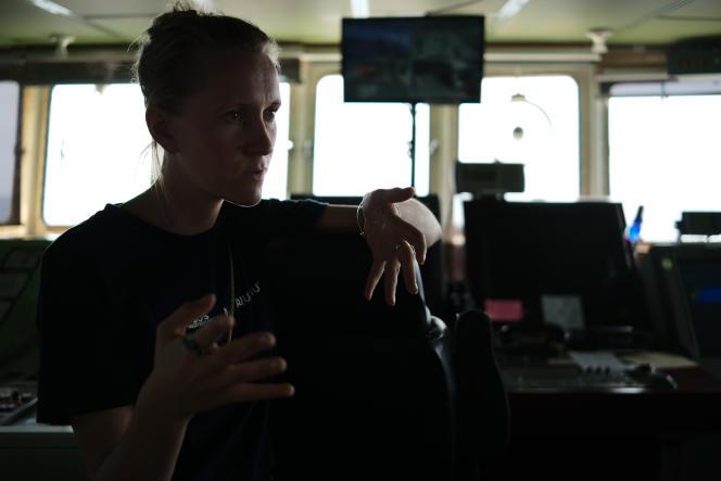 Kiri Santer, chargée par SOS Méditerranée de compiler et d'archiver les données de recherches à bord de l'«Aquarius», le18 septembre.