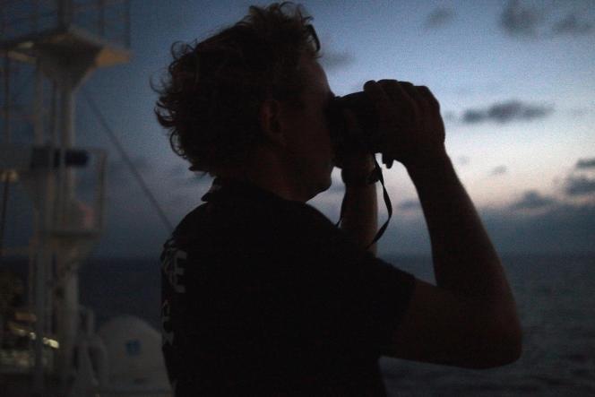 Antoine Clément, 29 ans, sauveteur pour SOS Méditerranée. Ici à l'aube lors de son premier tour de garde, entre la Tunisie et la Sicile. A bord de l'«Aquarius», le 18 septembre.