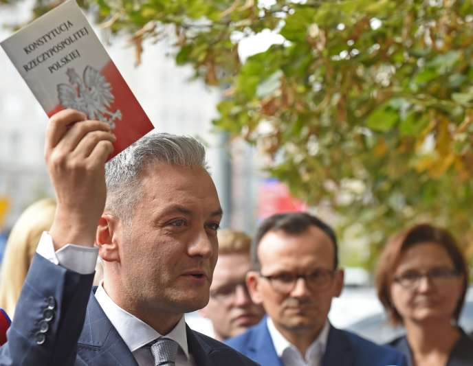 Robert Biedron, un exemplaire de la constitution polonaise à la main, à Varsovie, le 4 septembre.