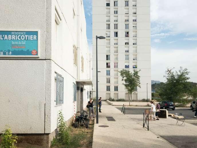 Résidence l'abricotier, à La Seyne-sur-Mer (Var), le 10 septembre : à droite, les canapés renversés au cours de la fusillade.