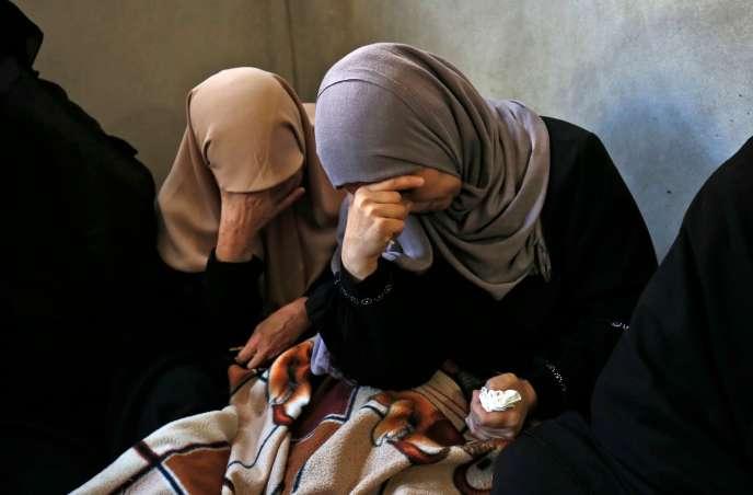 Les proches d'un des deux Palestiniens tués, le 18 septembre, lors d'une manifestation près de la frontière entre Gaza et Israël à Erez.
