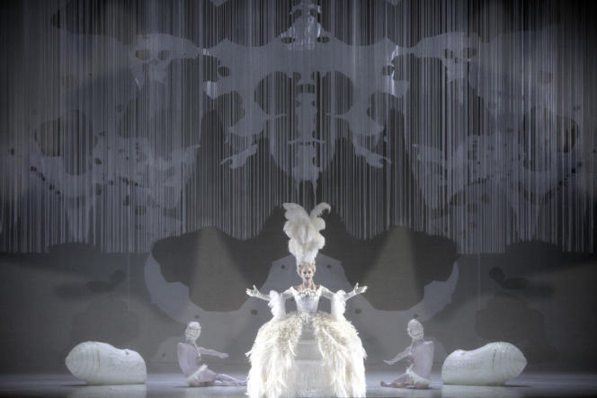 Sabine Devieilhe incarne une Reine de la nuit vouée au blanc dans la mise en scène de Romeo Castellucci.