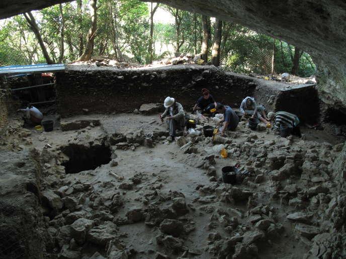 Vue de la Grotte Mandrin. Le sol archéologique en cours de dégagement est celui du Néronien, vieux de 50 millénaires.