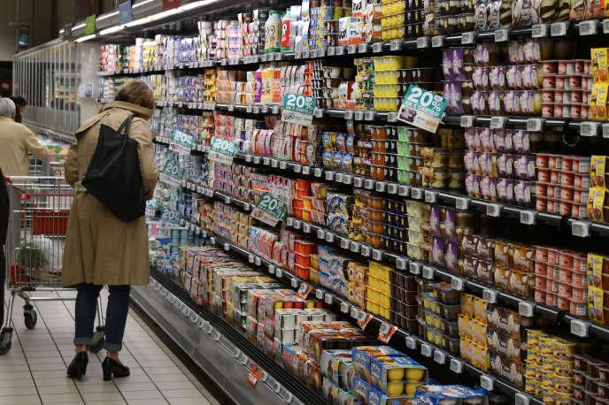Dans les rayons d'un supermarché.