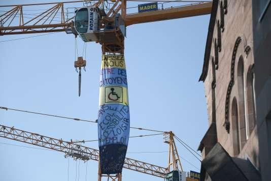 « Laissez-nous être des citoyens», proclame cette banderole installée sur une grue de Strasbourg, le 19 septembre.
