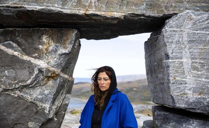Elisapie Isaac sous l'«inuksuk» (empilement de pierre) de son village d'enfance, à Salluit (Canada), le 5 septembre 2018.