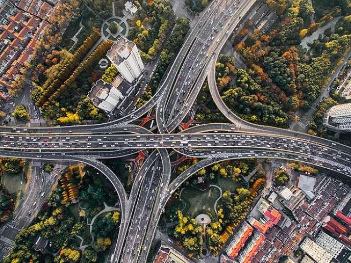 Bel exemple visuel de complexité urbaine : Yan'an East Road à Puxi, Shanghaï, Chine. Photo de Denys Nevozhai dnevozhai - UNPLASH - CC0