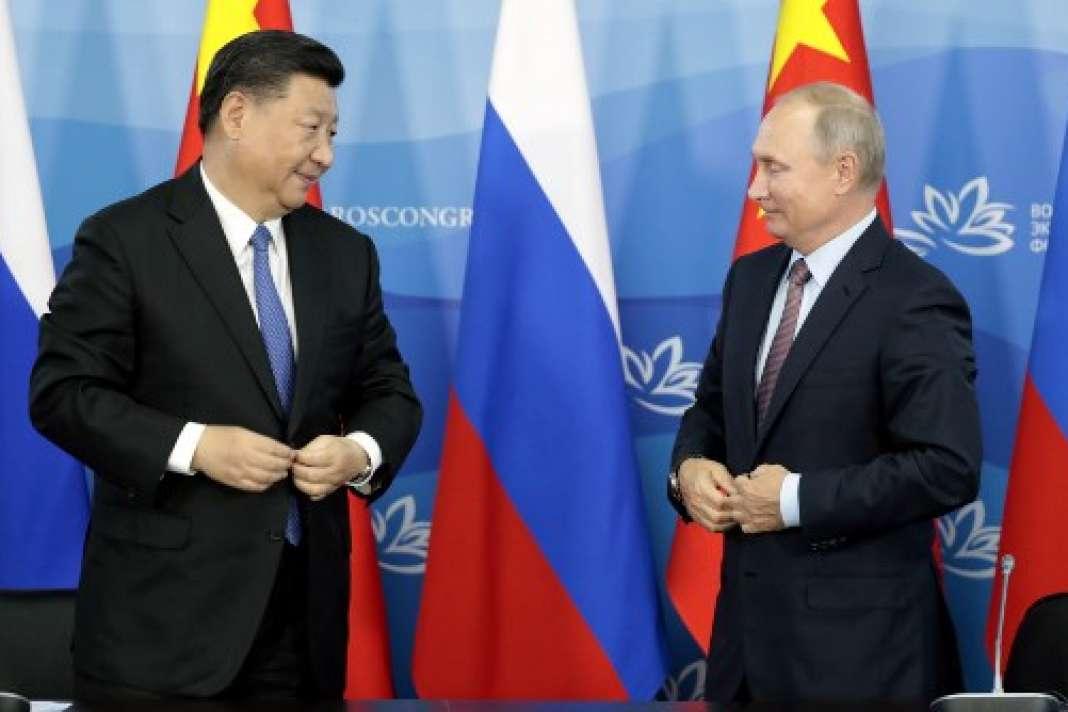 Le président russe, Vladimir Poutine, et son homologue chinois, Xi Jinping, le 11 septembre 2018 à Vladivostok à l'issued'un sommet économique.