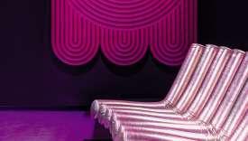 Tapis au mur et canapé extravagant au menu de la collection Disco de Gufram, qui explore le monde des boîtes de nuit.