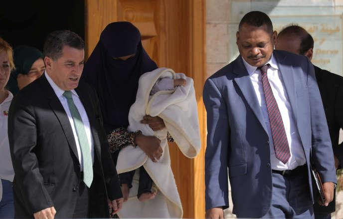 Une femme soudanaise, arrêtée avec des combattants djihadistes, est transférée vers son pays d'origine, àKamichi (Syrie), le 20 septembre.