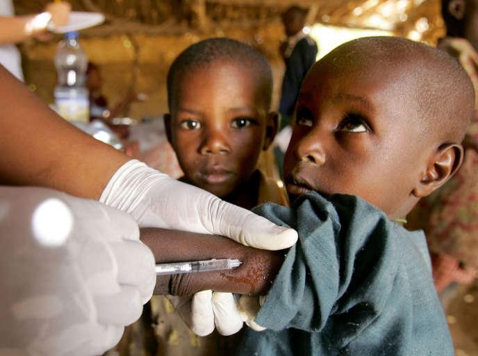 Campagne de vaccination contre la méningite au Niger menée conjointement par Médecins sans frontières, la Croix-Rouge et le ministère de la santé nigérien, en mars 2006.